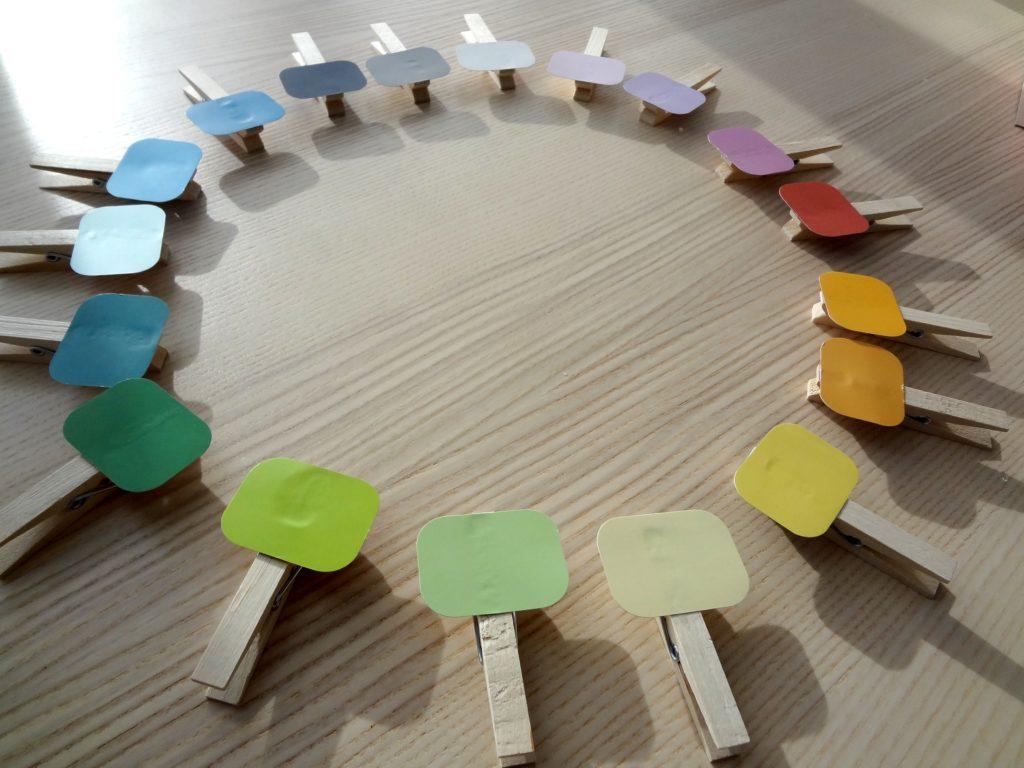 DSC08282 1024x768 - Spielen, fördern, forschen: Farbpaare finden nach Montessori